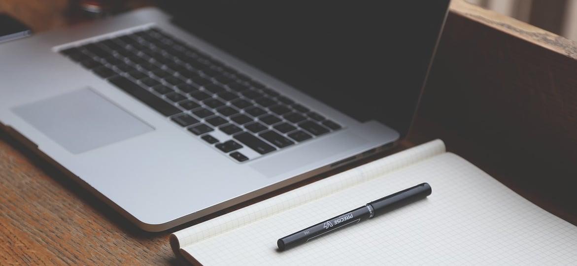 test gratuit au toeic : ordinateur avec cahier de notes