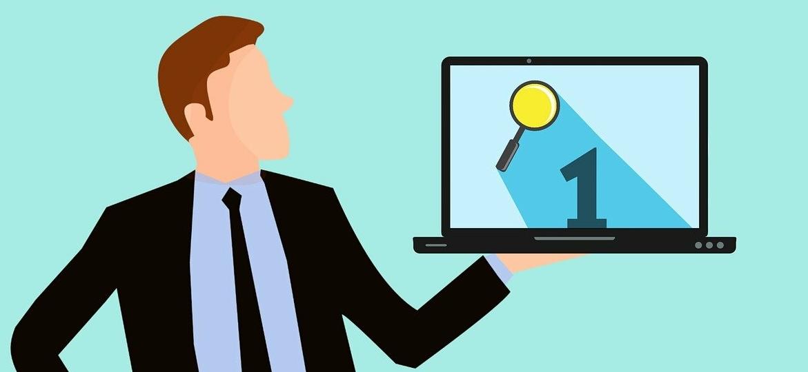 homme-qui-tient-un-ordinateur