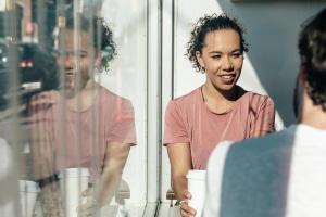 femme qui discute avec un homme autour d'un verre
