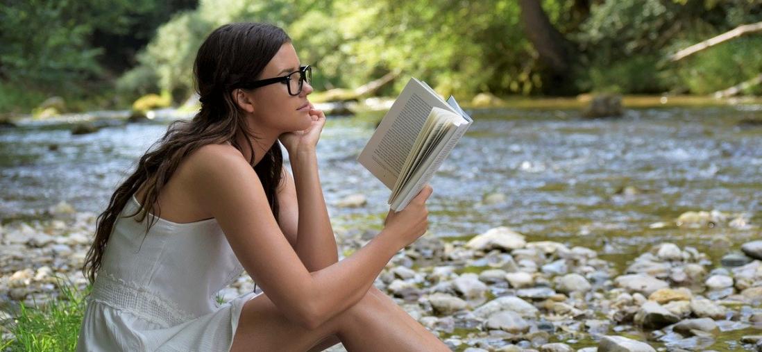 jeune femme lire