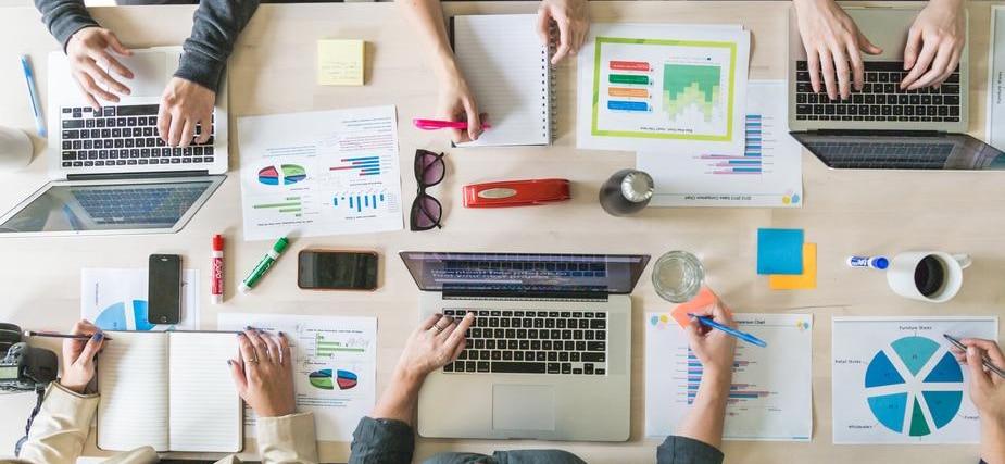 bureau avec des cahiers et ordinateurs pour travailler