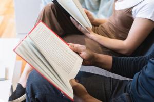 deux personnes entrain de lire un livre