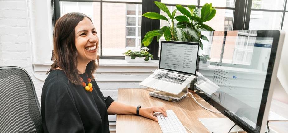 femme souriante qui travaille à son bureau