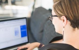 femme qui travaille sur son ordinateur
