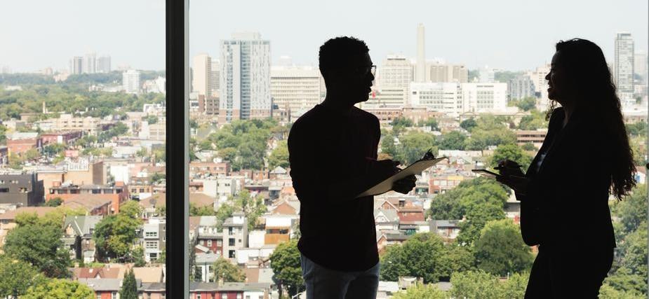 employés discutent ensemble avec une vue sur la ville