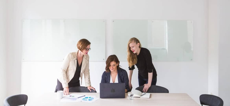 drei Frauen arbeiten zusammen