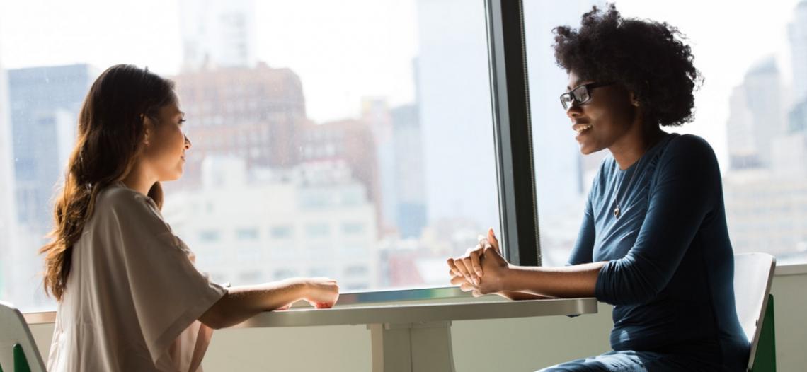 deux femmes passant un entretien d'embauche en anglais