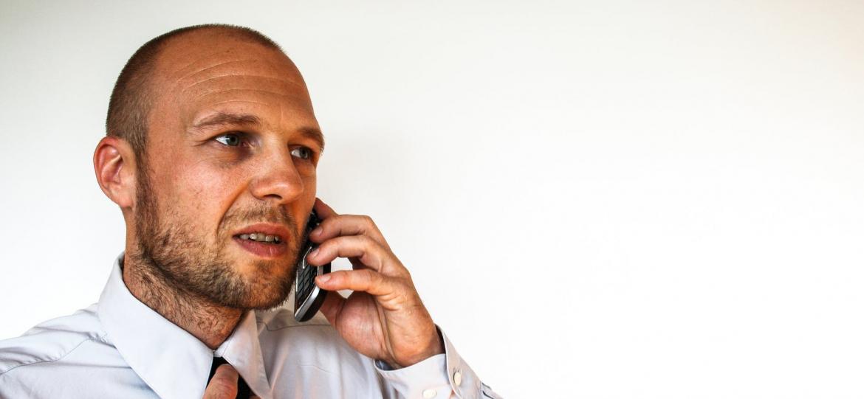 Como falar no telefone em inglês?