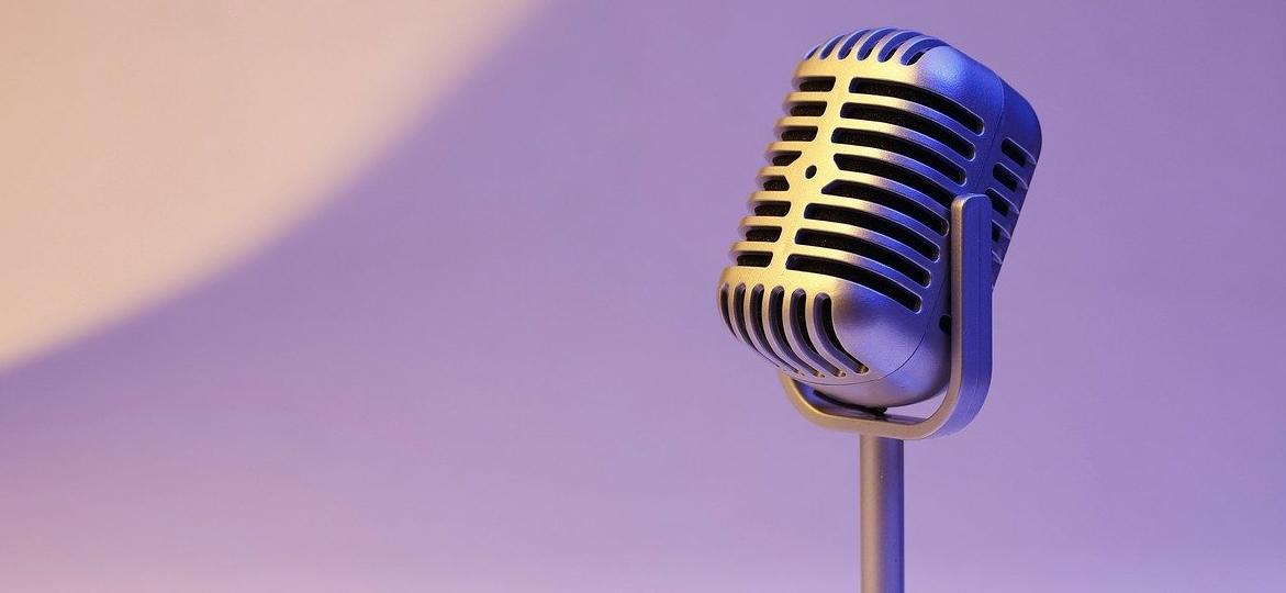 microfono-su-sfondo-viola