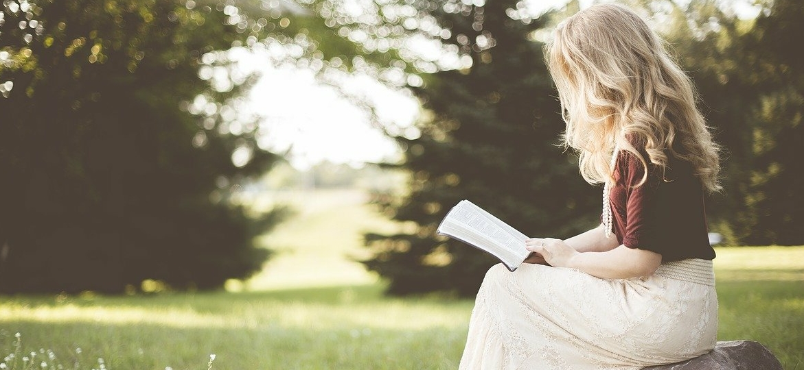 girls-while-reading-a-book
