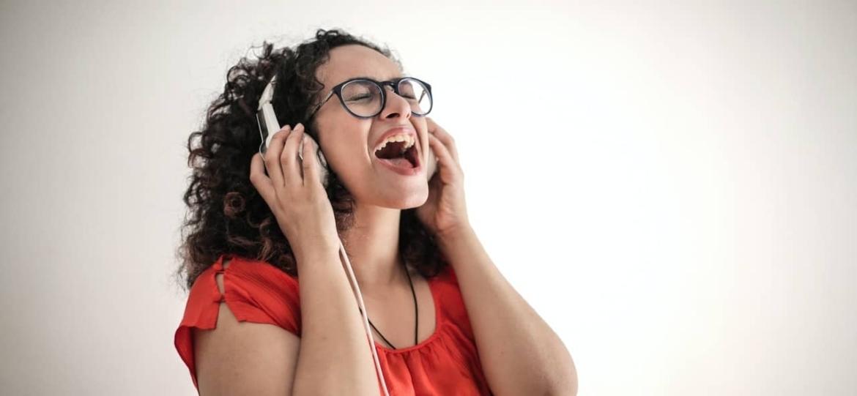 Descubre cómo puedes aprender y mejorar en inglés cantando.